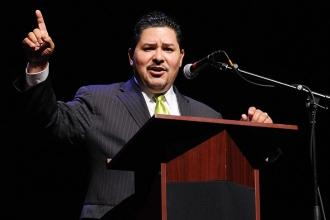 Schools Chancellor Richard Carranza addresses the fellows.
