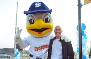 Brooklyn Cyclones mascot Sandy the Seagull kicked off the run with Richard Mante